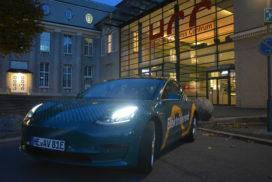 Vor dem Haupteingang des HCC parkte ein Tesla Model 3, bereitgsetellt von Avacon