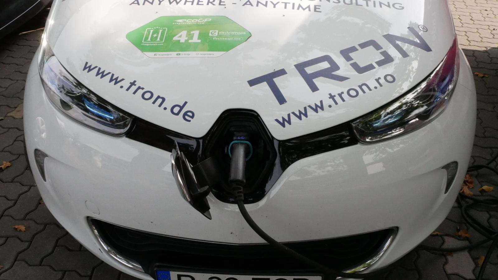Schließlich sollen die Besucher auch sehen können, wie so ein E-Auto geladen wird.